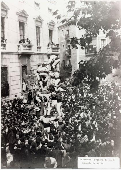 Santa Tecla 1901: tres colles de Xiquets de Valls i anunci de castell de nou