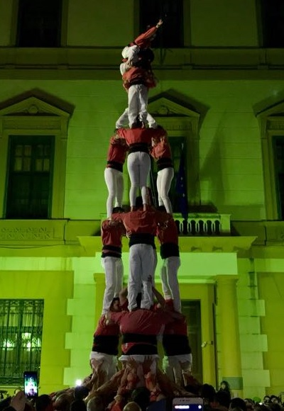La Colla Vella dels Xiquets de Valls enamora al públic amb els primers castells de set al 73è Festival Mandorlo in Fiore.