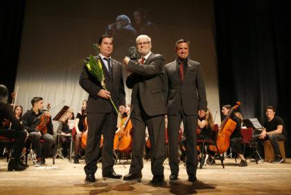Lluís Figuerola rep amb gran emoció el VI premi Isidre de Rabassó, a la 36a Nit de Premis.